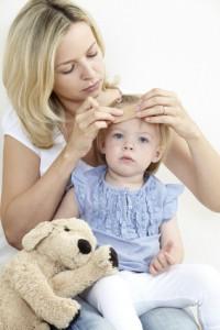 Mutter versorgt kleine Tochter