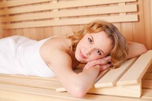Frau liegt in der Sauna