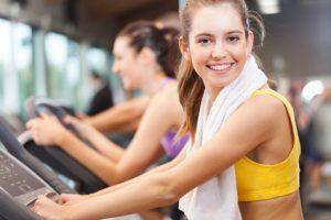 Sportlich-aktive Frau, die ihren Energiebedarf erhöht
