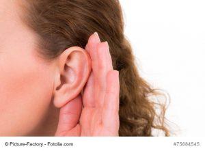 Ohrenschmerzen Therapie durch Medikamente: Frauen-Ohr in Großaufnahme.
