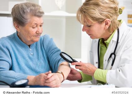 Ältere Frau bei Hautärztin