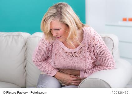 Frau mit Bauchschmerzen
