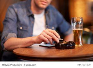 Rauchen und Biertrinken