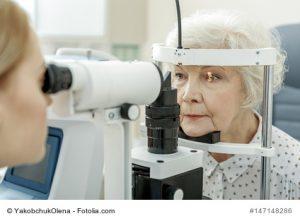 Ältere Dame beim Augentest