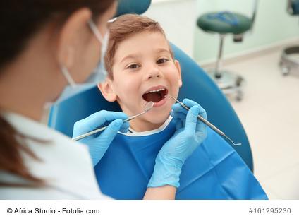 Zahnarzt kontrolliert Zähne