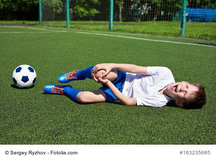 Junge beim Fußballspiel verletzt