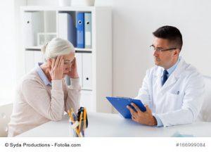 Frau wegen Kopfschmerzen beim Arzt
