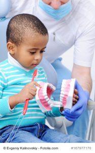 Kleiner Junge beim Zahnarzt