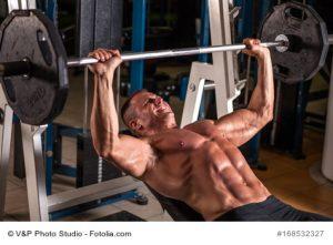 Bodybuilder stemmt Gewichte