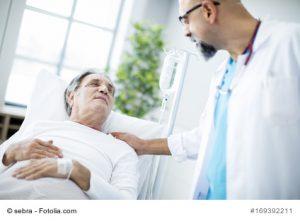Patient mit Arzt im Krankenhaus