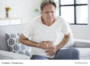 Senior mit Bauschmerzen