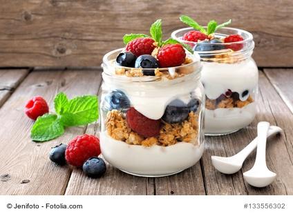 Naturjoghurt mit Früchten und Müsli