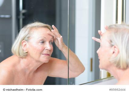 Renterin bei der Hautpflege