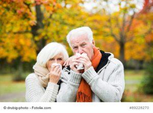 Älteres Paar hat Schnupfen