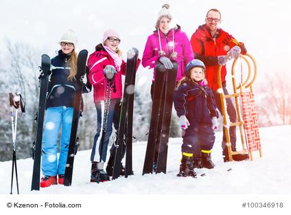 Familie in Winterlandschaft
