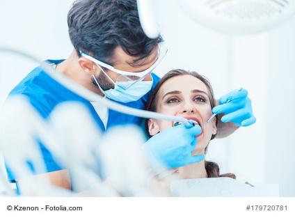 Zahnarzt und Patientin