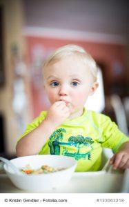 Kleinkind isst