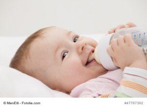 Baby trinkt Milch