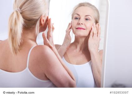 Frau vor Spiegel