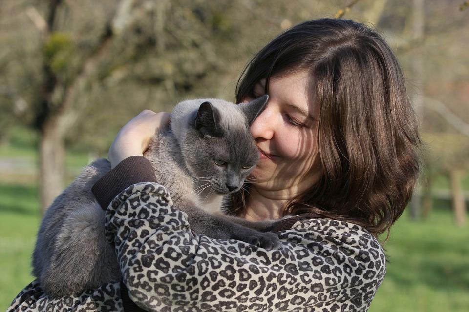 Frau und Katze beim Schmusen