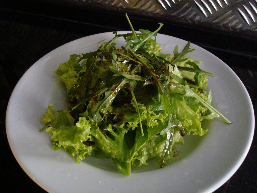 Teller mit grünem Blattsalat