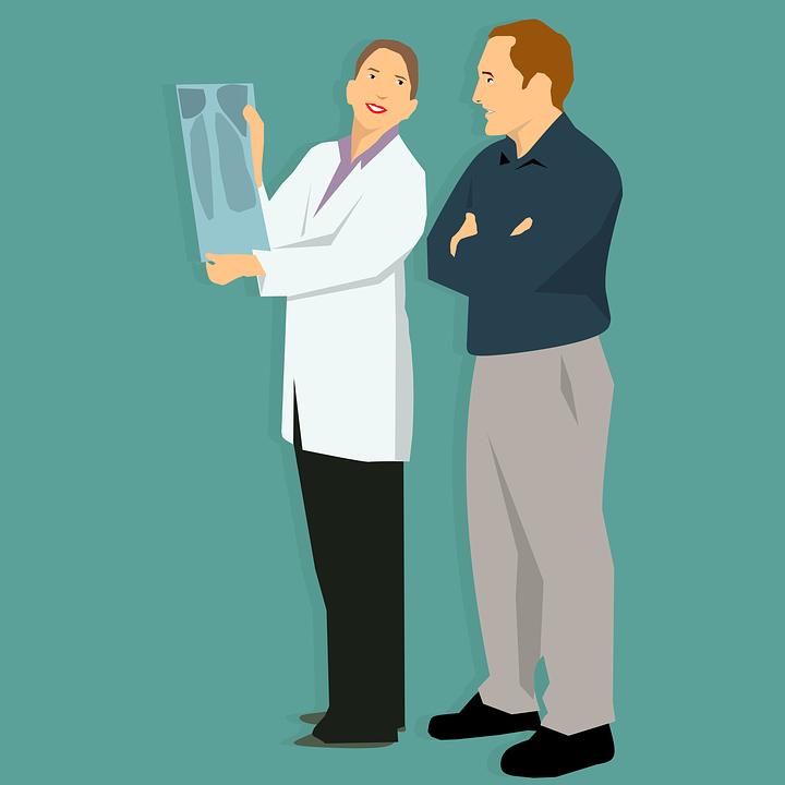 Ärztin und Patient besprechen Röntgenaufnahme
