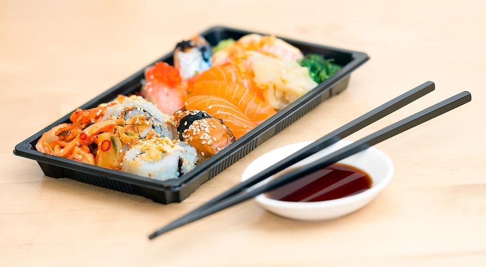 Japanisches Reisgericht mit Fisch