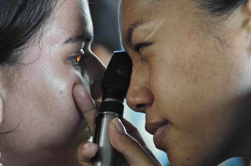 Patientin bei Augenärztin