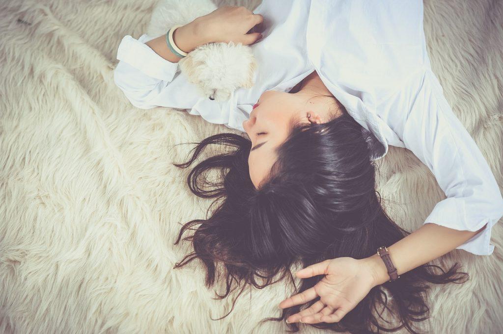 Junge schlafende Frau
