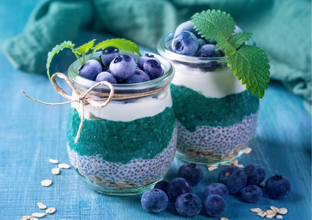 Dessert mit Chia-Samen und Spirulina