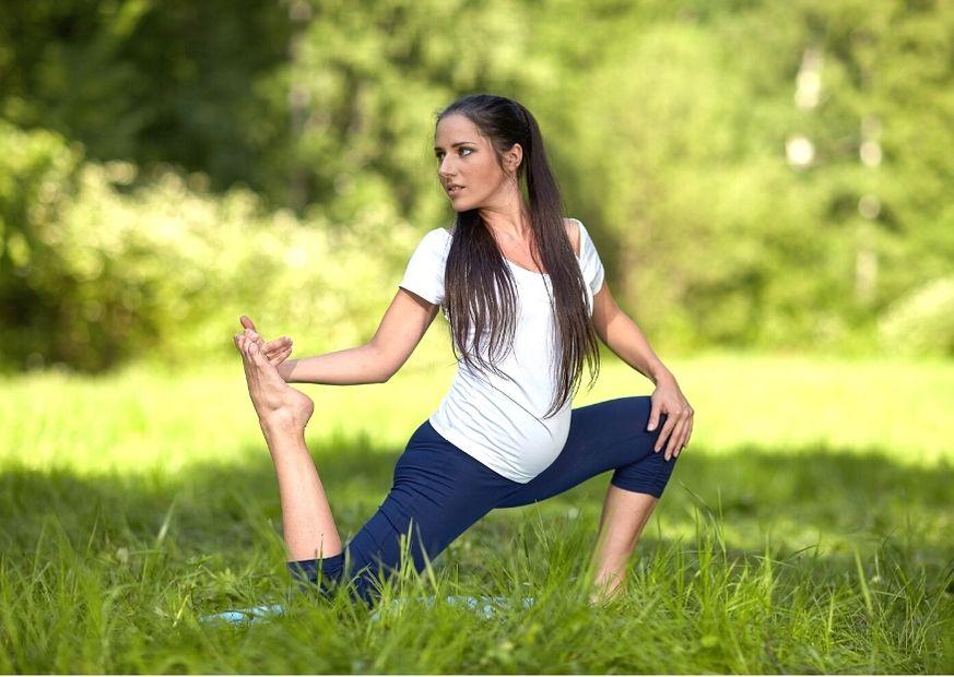 Schwangeren-Yoga im Freien