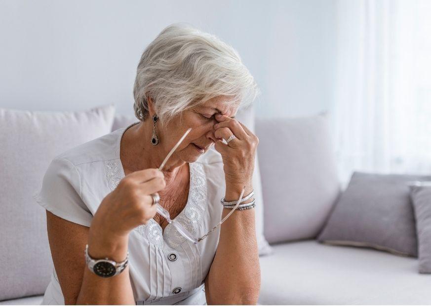 Dame mit Kopfschmerzen