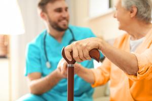 Pfleger und Rentnerin