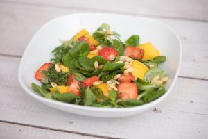 Feldsalat mit Erdbeeren und Mango