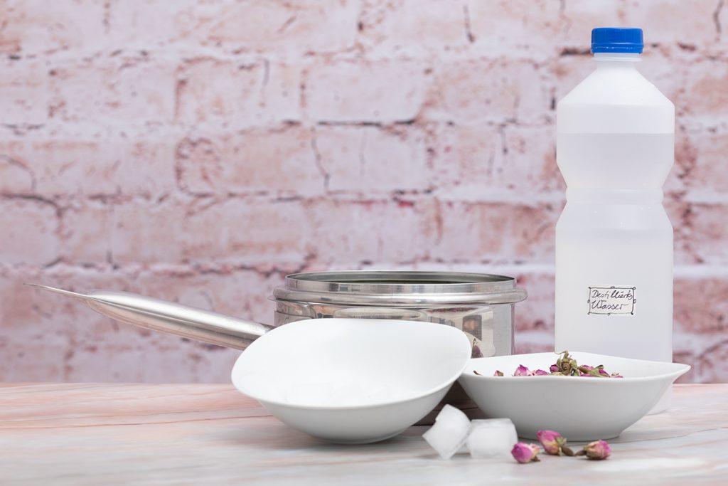 Zutaten und  Geräte für die Herstellung von Rosenwasser