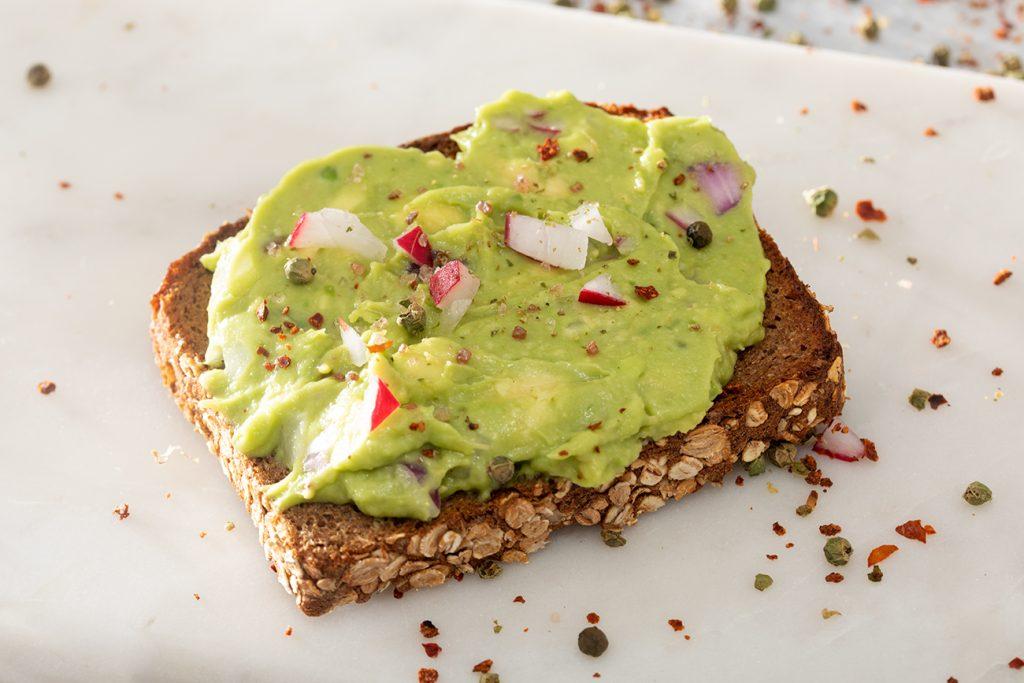 Brot mit Avocadocreme